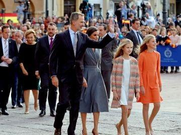 Llegada de la familia real al acto oficial de bienvenida