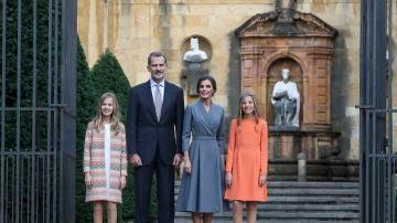 La reina Letizia, el rey Felipe VI y sus hijas, la princesa Leonor y la infanta Sofía, llegan al acto de bienvenida a Asturias