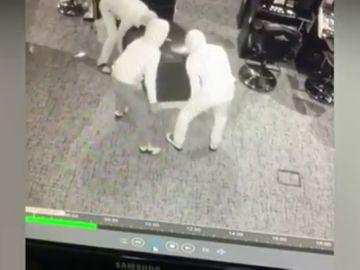 Tres ladrones se llevan a rastras la máquina de cambio de un salón de juegos de Palencia