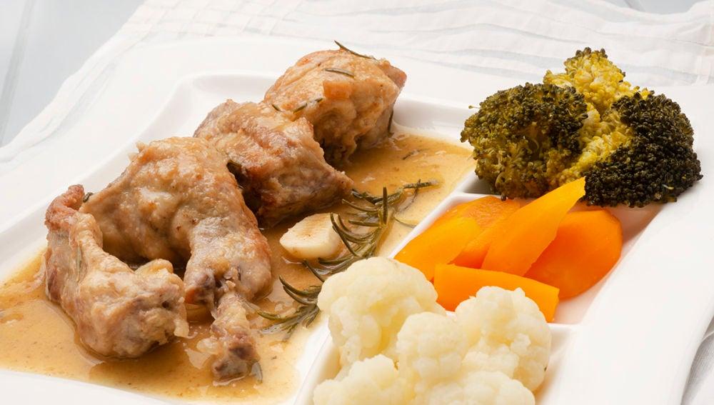 Conejo al romero con verduras al vapor