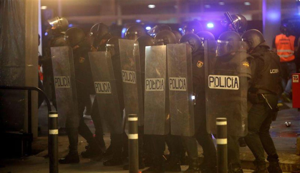 Policías antidisturbios durante los altercados