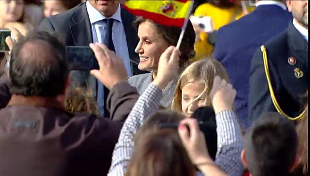 Muestras de cariño de la Reina Letizia a los vecinos de Oviedo