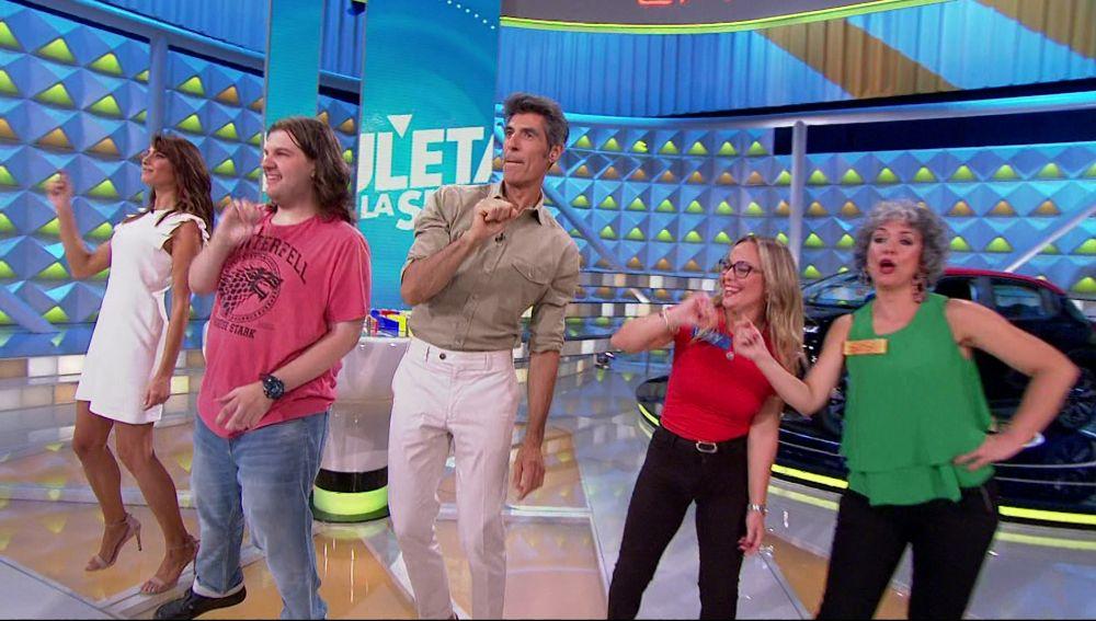 Enrique, el concursante más divertido de 'La ruleta de la suerte', celebra por todo lo alto su gran premio