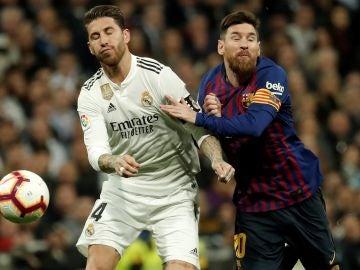 Sergio Ramos y Messi pugnan por el balón durante un Clásico entre Real Madrid y FC Barcelona