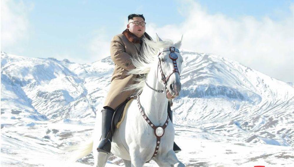 Fotografía suministrada por KCNA de Kim Jong-Un a caballo