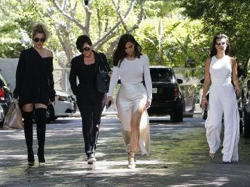 Kris Jenner con sus hijas Kim Kardashian, Kourtney y Khloé