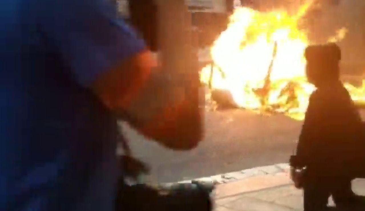 Un joven provoca a los antidisturbios en Barcelona