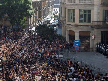 Miles de estudiantes se manifiestan en Barcelona