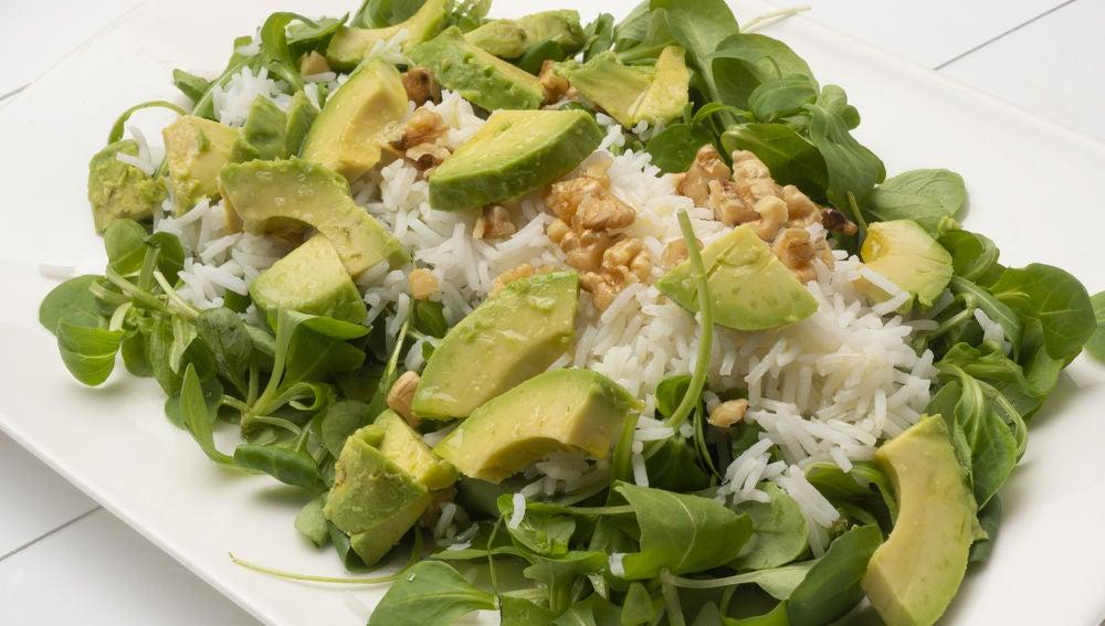 Ensalada de arroz, aguacate y nueces
