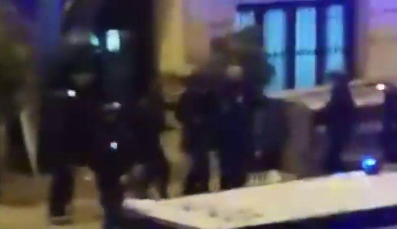 Varios agentes evacuan a un compañero herido durante los disturbios en Cataluña