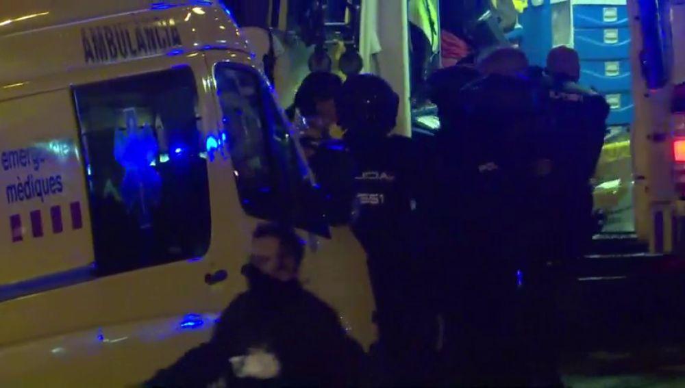 Reemplazo: Herido grave un agente evacuado por sus compañeros durante los disturbios en Cataluña