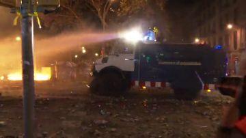 Los Mossos usan una tanqueta de agua a presión para abrirse paso