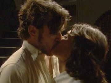 Pasión, descontrol y mucho deseo en el primer beso entre Matías y Alicia