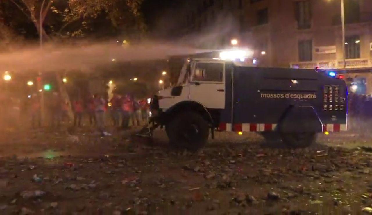 Los Mossos utilizan la tanqueta de agua contra los radicales en Barcelona