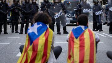 Varios manifestantes se encaran a los agentes antidisturbios