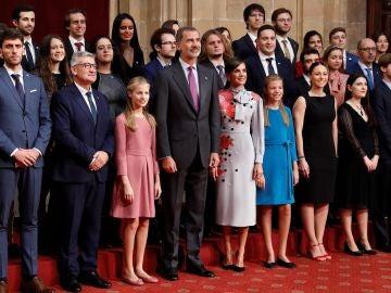 Los reyes de España y sus hijas posan con los presidentes de los jurados