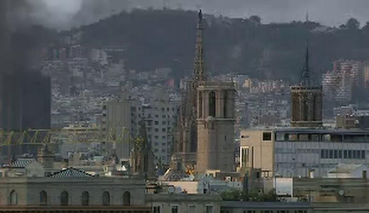 Una Barcelona marcada por densas columnas de humo provocadas por las barricadas
