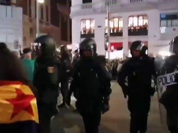 Los antisturbios intentan despejar el centro de Madrid de manifestantes violentos
