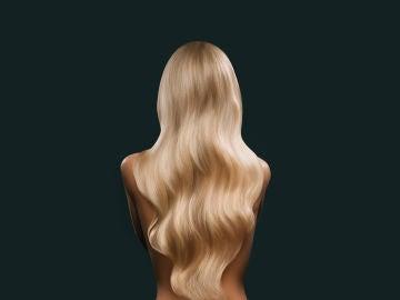 Mujer rubia de espaldas