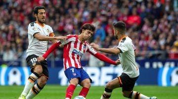 Joao Félix disputa un balón durante el Atlético - Valencia
