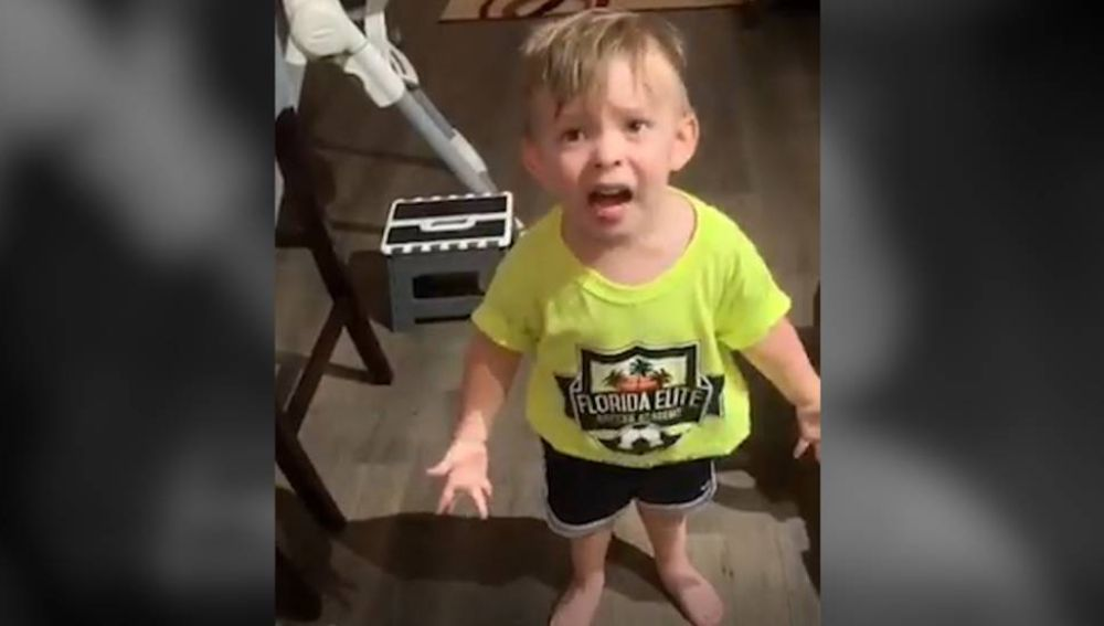 El enfado de un niño porque su madre se olvida de darle un beso
