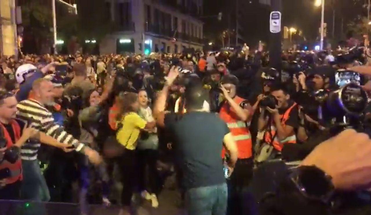 "Un hombre a un grupo de manifestantes de independentistas: ""Iros ya... Mañana, ¡a trabajar!"