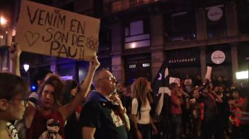 Manifestantes pacifistas independentistas forman una barrera humana para separar a los radicales violentos de la policía