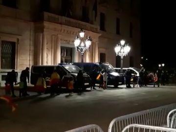 Los constitucionalistas saludan con el himno de España a la Policía Nacional en la subdelegación del Gobierno en Lleida
