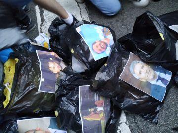 Imagen de las bolsas de basura con los rostros de algunos políticos