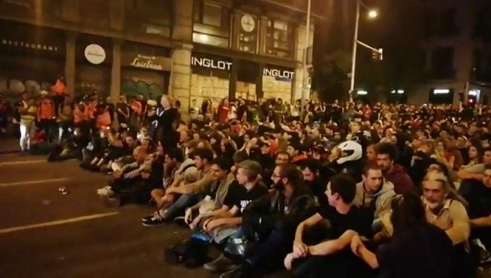 """Un grupo de manifestantes pacifistas frente a la Policía Nacional: """"¡Cataluña es antifascista!"""""""