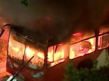 Un autobús arde en medio de las protestas de Chile