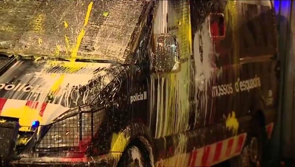 Los CDR lanzan globos de pintura contra la Consejería de Interior