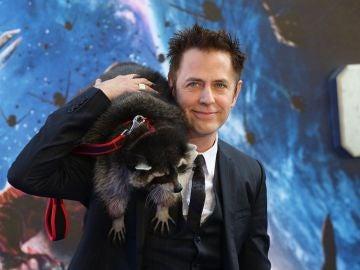 James Gunn con 'Rocket' en la premiere de 'Guardianes de la Galaxia'