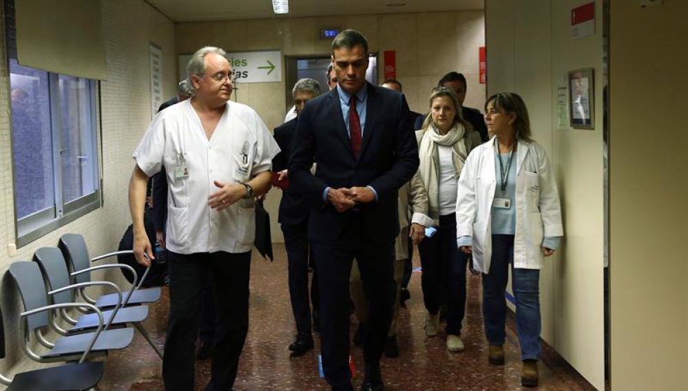 Sánchez en el hospital visitando a los agentes heridos