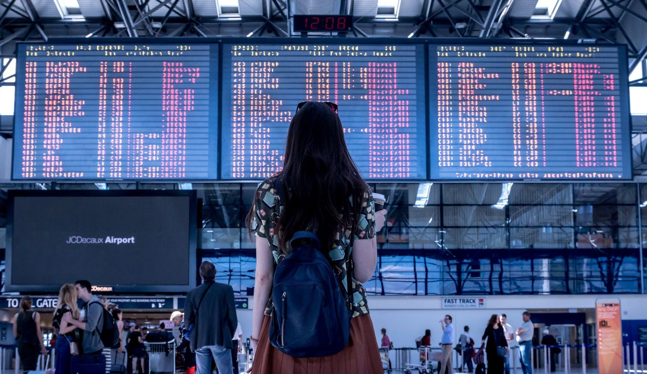 Una chica en un aeropuerto
