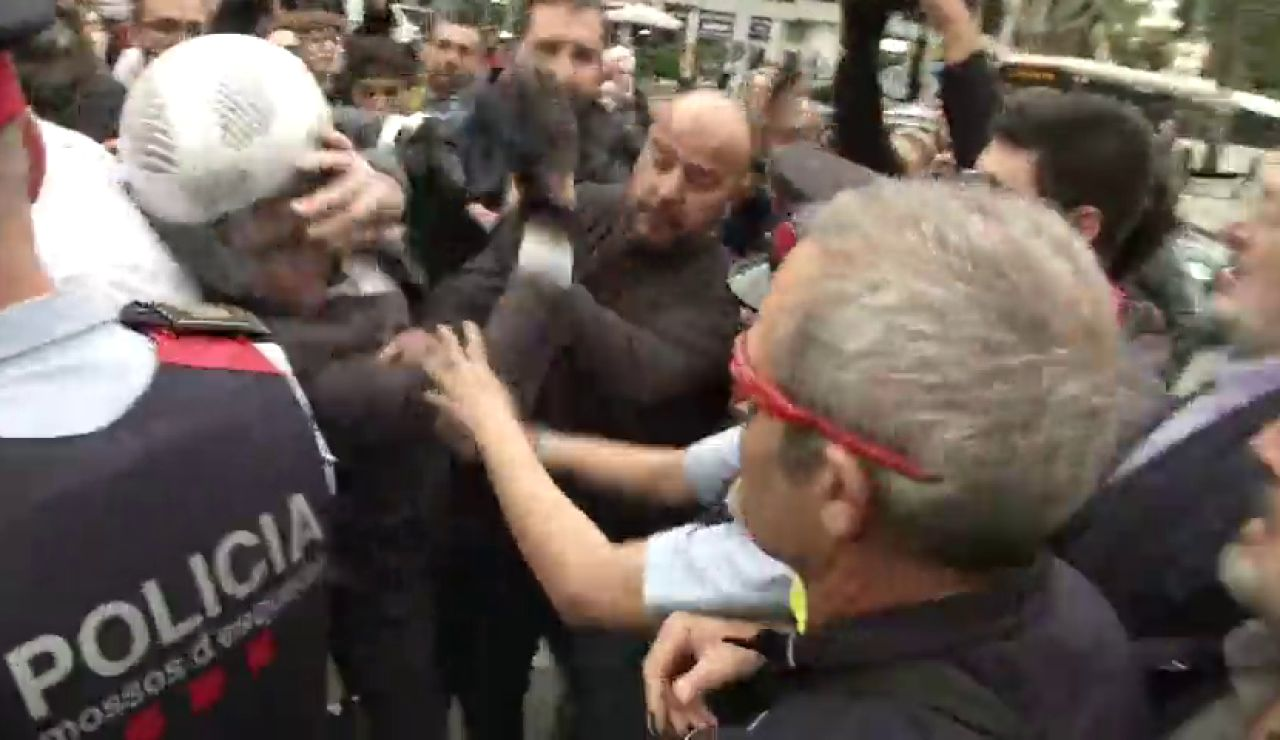 Un motorista se enfrenta a los manifestantes: