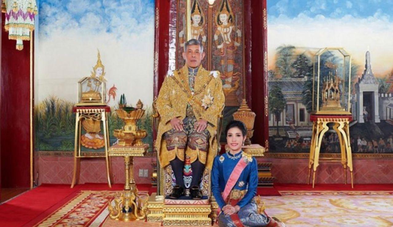 """La """"consorte real"""" Sineenat Wongvajirapakdi y el rey Vajiralongkorn"""