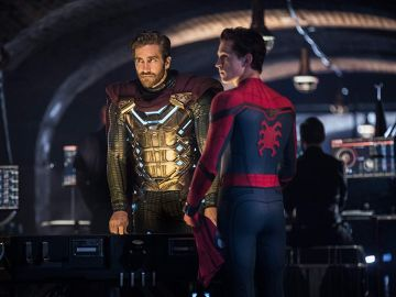 Mysterio (Jake Gyllenhaal) junto a SpiderMan (Tom Holland)