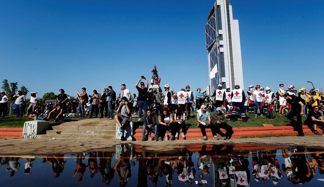 Cientos de personas se reúnen este domingo en la Plaza Italia