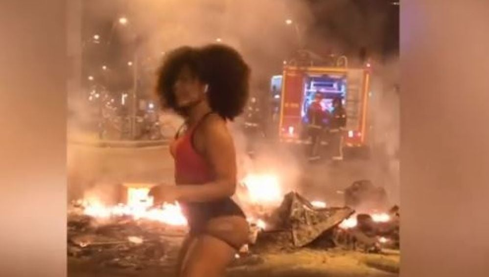 Una joven se graba haciendo twerking' entre las llamas