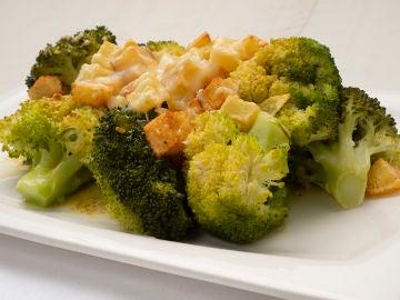 Brócoli con pistachos y queso