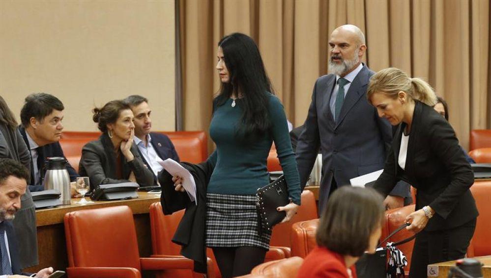 Macarena Olona, de Vox y otros diputados de la formación verde abandonan la Diputación Permanente tras ser expulsada por la presidenta del Congreso.