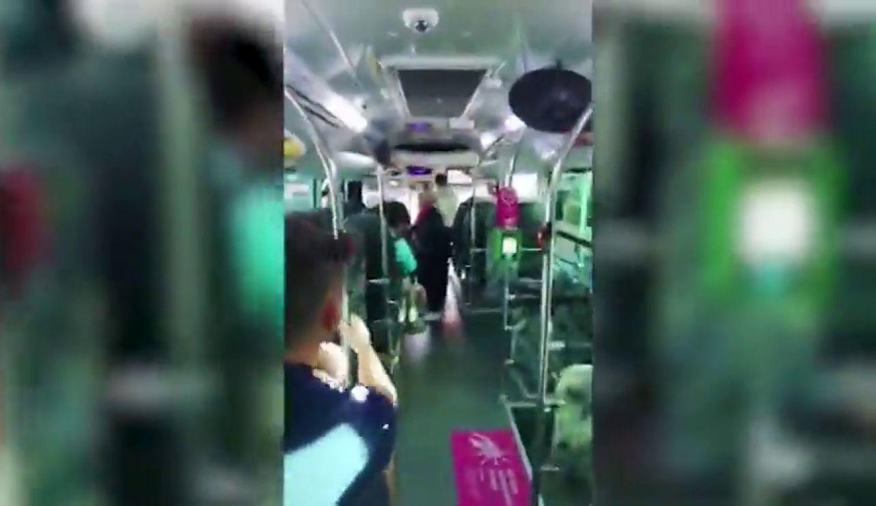 Un hombre la emprende a pedradas con un autobús porque el conductor no le avisó de su parada