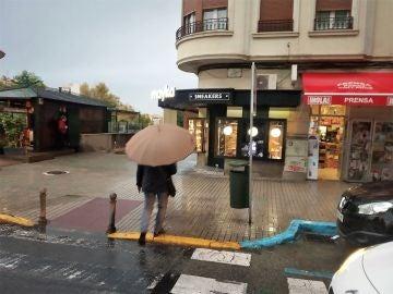 Un ciudadano camina con un paraguas en Elche.