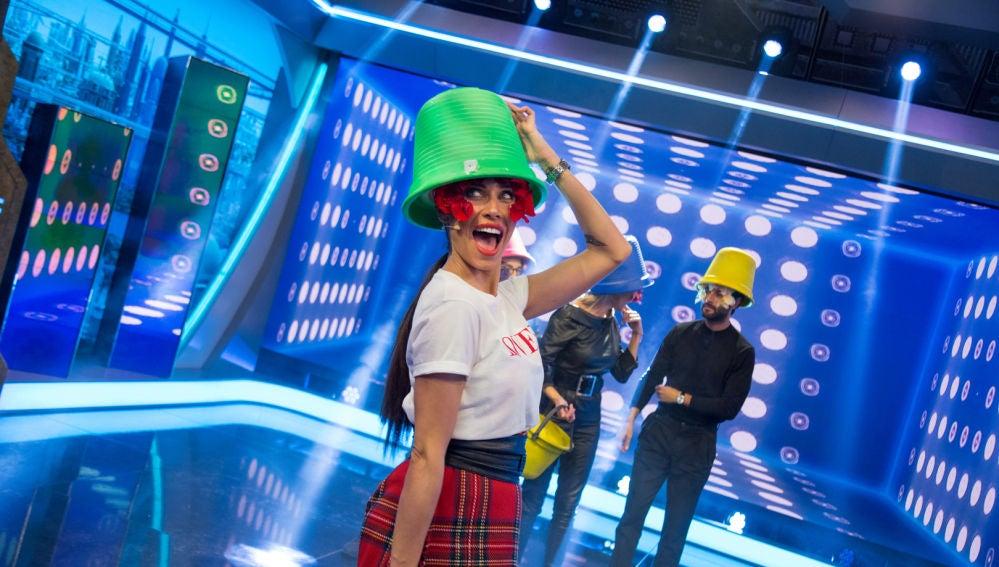 Pilar Rubio triunfa en 'El Hormiguero 3.0' con el maquillaje de pétalos de flores y los sombreros cubo