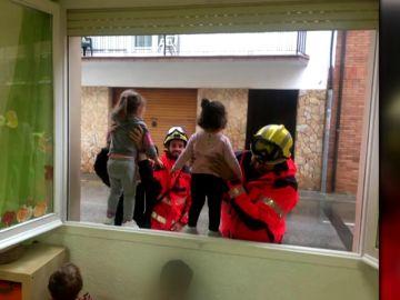 Rescatan a unos niños atrapados por las fuertes lluvias en una guardería de Palamós