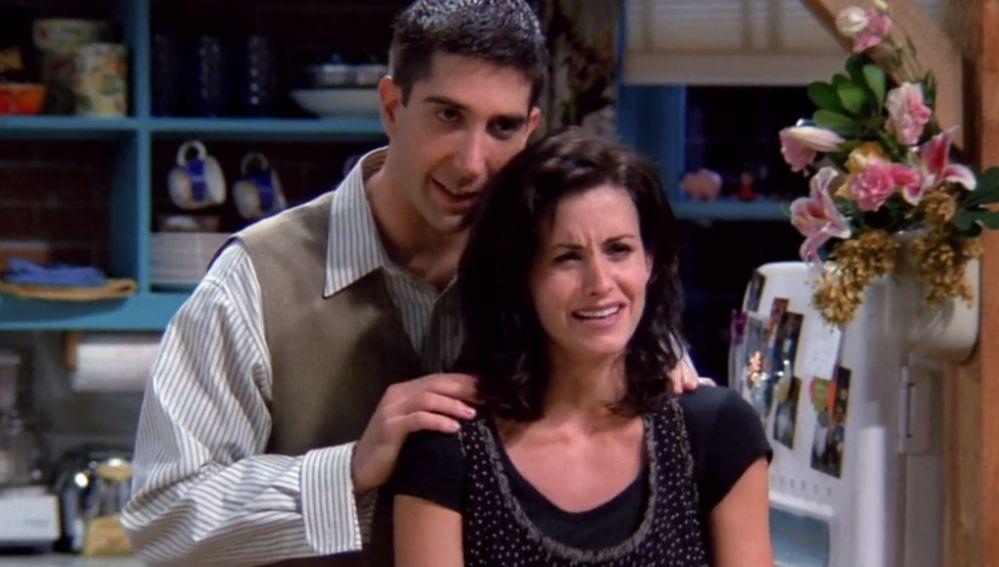 Courteney Cox y David Schwimmer, Monica y Ross Geller en 'Friends'