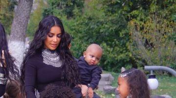 Kim Kardashian junto a sus hijos