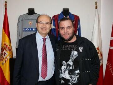 Juan Manuel Calderón, primo de José Antonio Reyes, posa junto a Pepe Castro, presidente del Sevilla