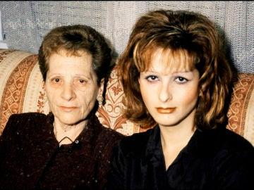 Yurena junto a su madre, Margarita Seisdedos, en 2001